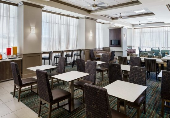 Residence Inn Houston Downtown/Convention Center: Breakfast - Seating Area
