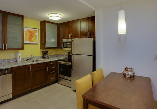 Chicopee, ماساتشوستس: Two-Bedroom Suite Kitchen