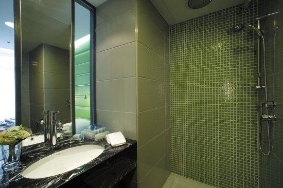 Cosmo Hotel Hong Kong: Cosmo Hotel Massage Rain Shower Bathroom Of Green  Room