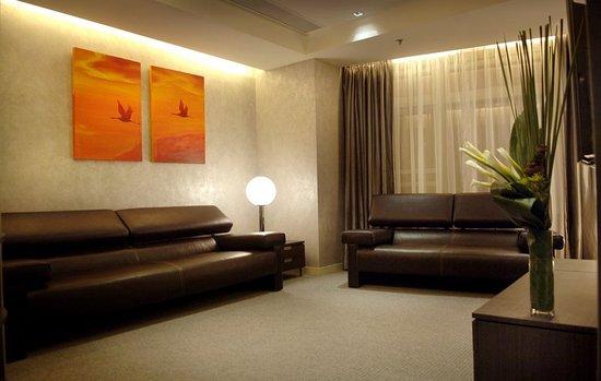 Cosmo Hotel Hong Kong: Cosmo Hotel 2-bedroom Suite (Orange) - Sitting Room