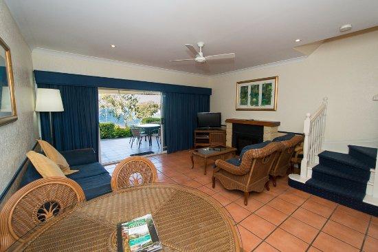 Tinaroo, Australia: Living/Dining