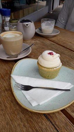 Sandringham, Australia: Soy latte; chai latte and the best pistachio raspberry tea cake!