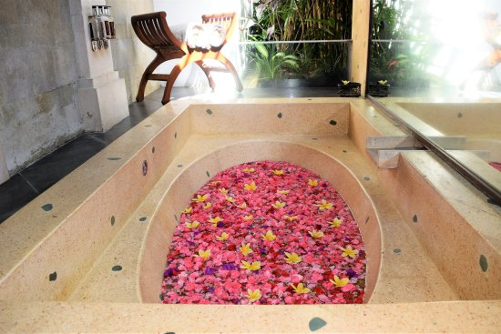 Jamahal Private Resort & Spa: Our beautiful bath tub with flowers!