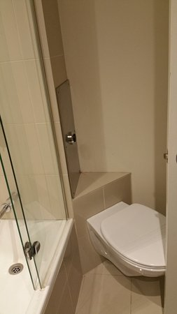 Rydges Melbourne Hotel: The Bathroom is so small that the door hits the commode