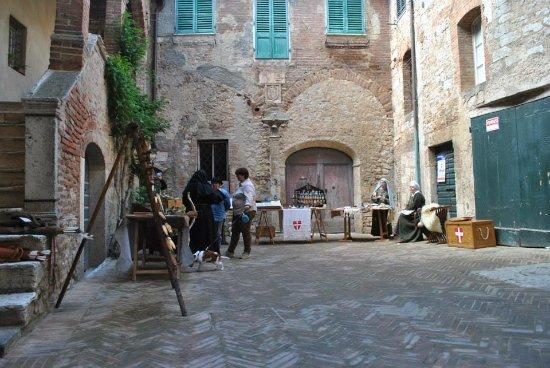 Serre di Rapolano, Ιταλία: Primo cortile - First courtyard