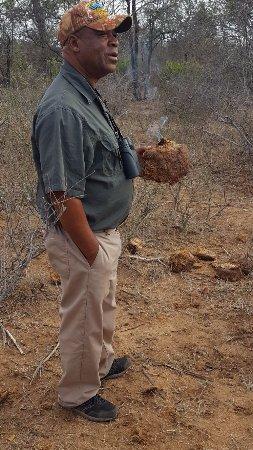 Tremisana Game Lodge: nuestro guía encendiendo la caca de elefante, huele a incienso