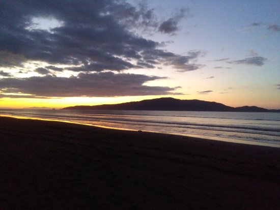 Kapiti Coast, Nova Zelândia: night view sunset over Kapiti Island New Zealand