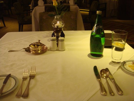 Kampala Serena Hotel: Table setting