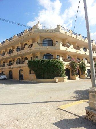 Cornucopia Hotel: Our corner room just above the Bouganvillea