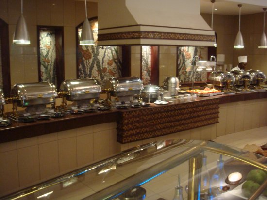 Kampala Serena Hotel: Plenty of hot dishes available for breakfast