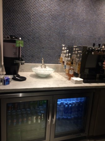 Cincinnati Airport Marriott: M Lounge case w/soda and water
