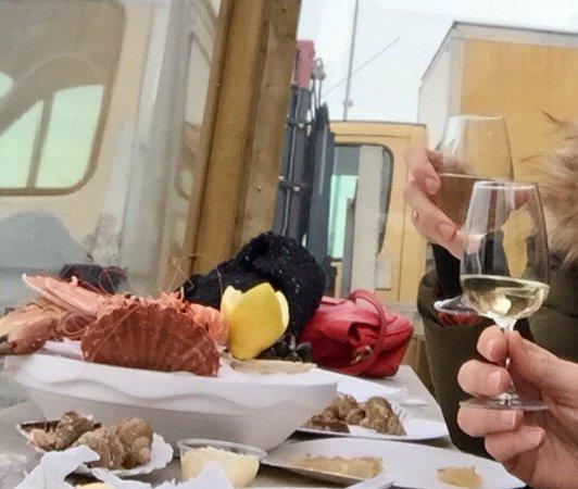 Saint-Vaast-la-Hougue, France: Dégustation à l'extérieur, face au port et servie à toute heure... Sympa 👍