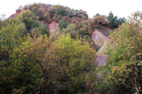 Boudes, France: des couleurs étonnantes pour la région : rouge, violet, ...