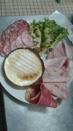 Ancizan, Francia: camembert charcuterie