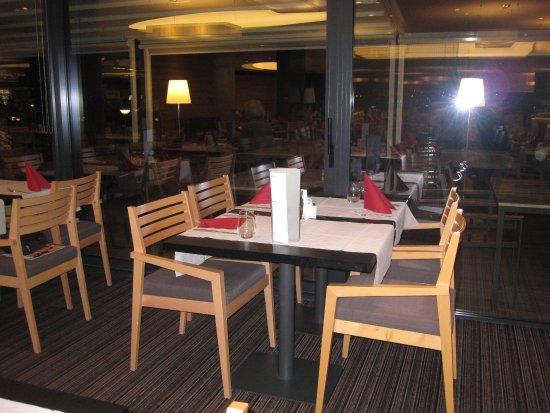 Banjol, Kroatien: Unser Tisch, jeder hat den Urlaub über feste Plätze, sehr angenehm.