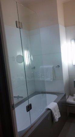 Hôtel Scribe Paris Opéra by Sofitel : Bathroom - sink and shower/tub area