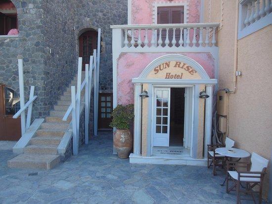 Sunrise Hotel: Вход