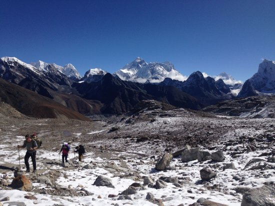 Bhaktapur, Nepál: Everest as it was seen during Gokyo Renjola Pass Everest trekking