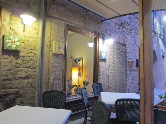 Radicondoli, Italien: Esterno Caffè Nazionale