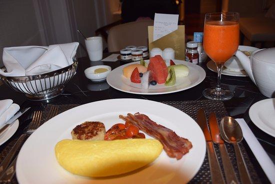 Four Seasons Hotel Macau, Cotai Strip: In-room breakfast