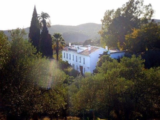 Constantina, Espagne : La finca vista desde uno de los cerros que lo rodean y a los que se puede acceder desde la finca