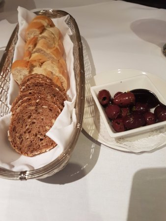 Backmulde - Gasthaus - Hotel: Bread & Olives to start