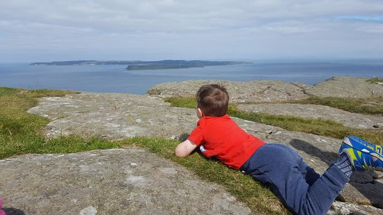 Ballycastle, UK: Our 4 yr old chilling out and enjoying the view to Rathlin Island