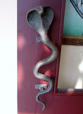 Hotel Ganges View A door handle shaped like a snake : snake door - pezcame.com