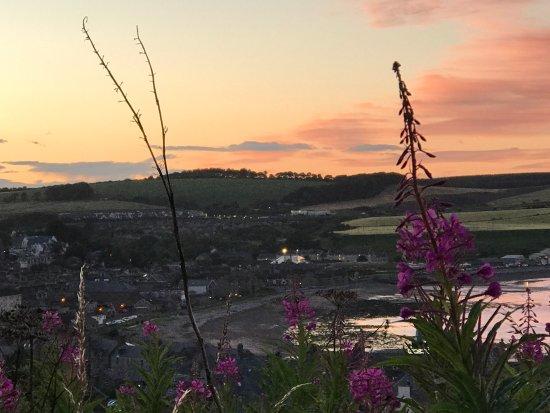 Ship Inn: Vista del porto con tramonto percorrendo il sentiero per il Dunnottair Castle