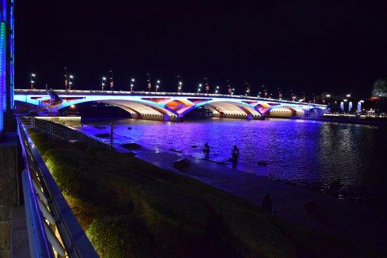 Universal Guilin Hotel: le pont opposé à l'hôtel