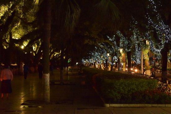 Universal Guilin Hotel: la promenade au pied de l'hôtel