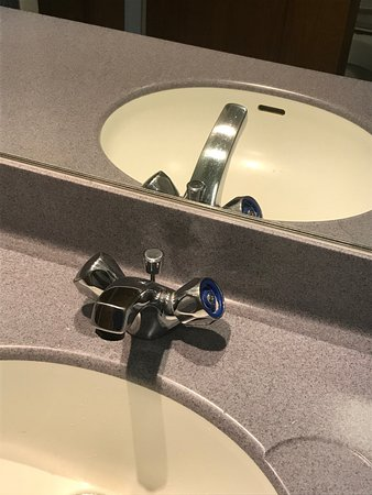 Airth Castle & Hotel: Top of tap on sink missing