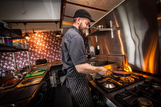 Tammisaari, Suomi: Keittiömestari puuhailee