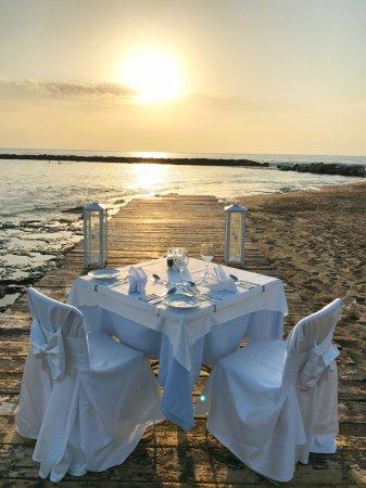 Constantinou Bros Asimina Suites Hotel: Romantisches Dinner am Strand möglich!