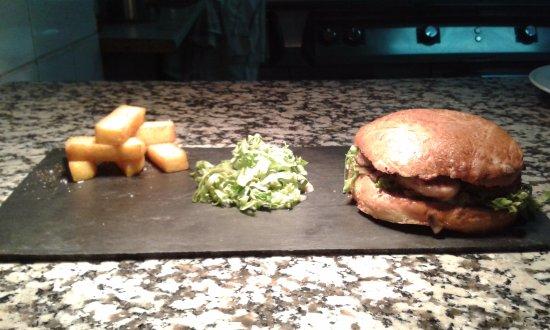 Foucheres, Francia: burger d'andouillette et chaoure frites de polenta