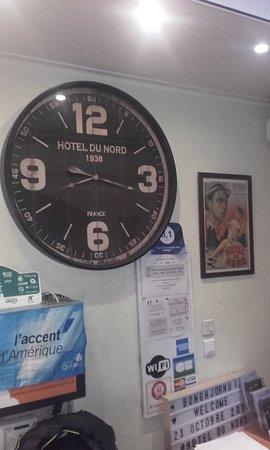 Hotel du Nord : Pendule et affiche d'époque à l'accueil