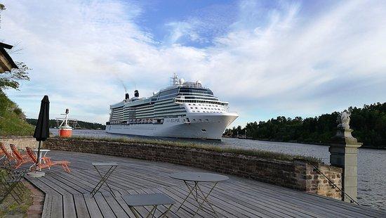 Varmdo, Zweden: Approaching cruise ship