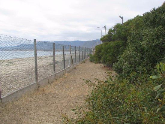 Guanaqueros, Cile: Gran malla que separa los sitios de la hermosa playa.
