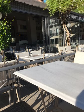 Premier Restaurant: stoliki na zew.