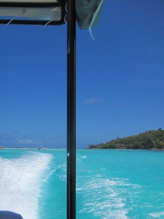 Cerf Island, Seychellerne: Fährt mit Hotelboot