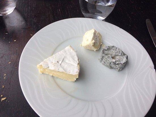 Saint-Ouen-l'Aumone, France : Assortiment de 3 fromages ridicule! pas de salade ou même des noix???
