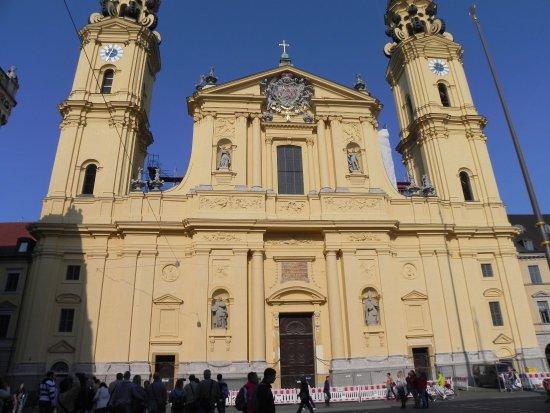Theatinerkirche St. Kajetan : chiesa
