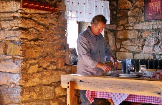Oprtalj, Croacia: Der Chef serviert persönlich