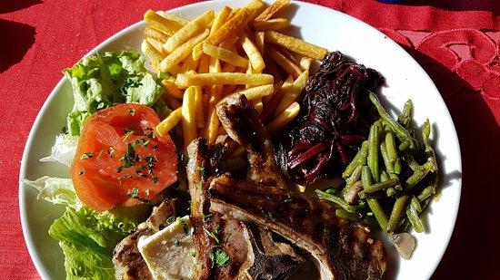 La Grave, Франция: Voici l'assiette : côtes d'agneau (bonnes !), frites et salade/légumes