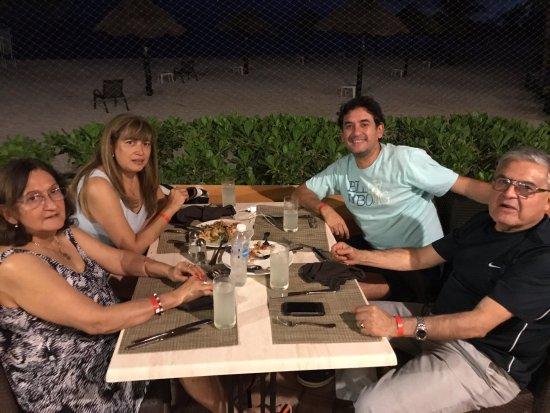 """The Royal Haciendas All Suites Resort & Spa: Cenar en La Palapa con el ruido y la brisa del mar, """"muy padre, cuates!""""."""