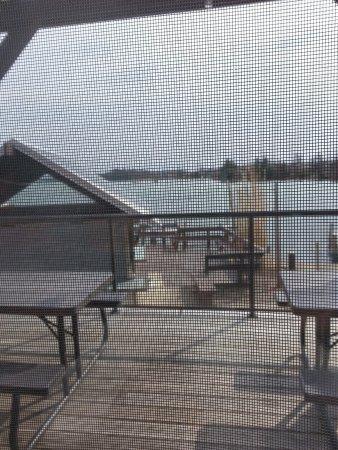 Elk Rapids, มิชิแกน: Riverwalk Grill Outdoor Waterfront Seating