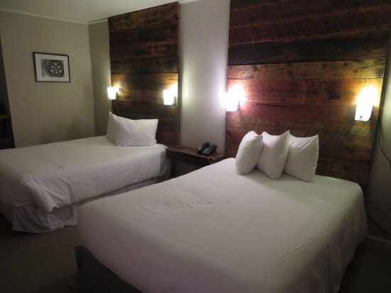 The Mountain Road Resort: Plenty of bedside lighting