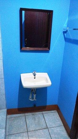 Hostal Guardabarranco: Double Fan Room - en suite vanity