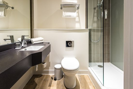 Holiday Inn Taunton M5, Jct. 25: Newly refurbished bathroom with walk in shower