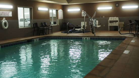 Sedalia, MO: Relax in our Swimming Pool and Jacuzzi